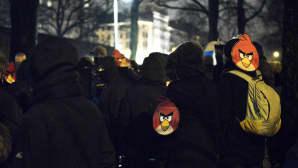Vapaus pelissä -mielenosoituksen osallistujat kokoontuivat Hesperian puistossa Helsingissä itsenäisyyspäivänä