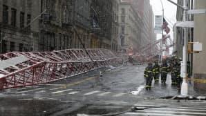 Kaatunut nosturi New Yorkilaisella kadulla.