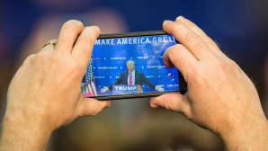 Yleisön jäsen otti valokuvan Donald Trumpista tämän pitäessä kampanjapuhetta Portsmouthissa, New Hampshiressa, 4. helmikuuta.