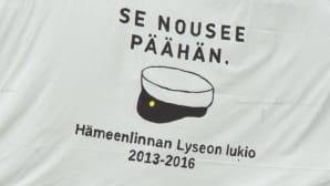Tekstit se nousee päähän, Hämeenlinnan Lyseon lukio 2013-2016 ja piirretty ylioppilaslakki penkkarilakanassa