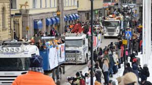 Hämeenlinnan penkkarikulkue ja yleisöä
