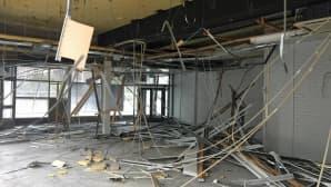 Katosta roikkuu sähköjohtoja ja katon palasia