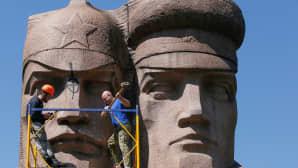 Kansallismieliset ukrainalaiset tuhosivat neuvostoaikaista patsasta Kiovassa 28. huhtikuuta.