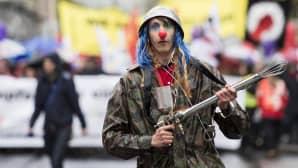 Vappumarssija jonka pukeutuminen on yhdistelmä sirkuspelleä ja sotilasta.