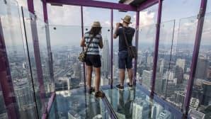 Turisteja kuvaamassa maisemia Kuala Lumpur Towerin kuvaustasanteella, Malesiassa 5. toukokuuta. Torni on 421 metrin korkeudessa ja on näin maailman seitsemänneksi korkein rakennelma.