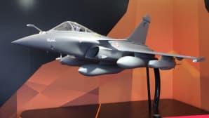 Ranskalaiset toivat Rissalaan hävittäjäehdokkaansa Dassault Rafelen pienosmallina.