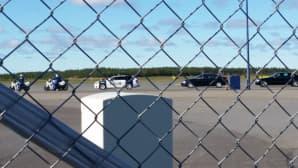 Moottoripyöräpoliisit, poliisit ja kaupungin viranomaiset odottavat ajoneuvoissaan Norjan kuningasparin saapumista Oulun lentokentälle.