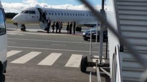 Norjan kuningas Harald V kuningatar Sonja ovat ovat astuneeet lentokoneesta Oulun lentokentälle Suomen-valtiovierailullaan.