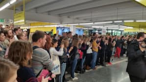 Opiskelijat kuvaavat Oulun ylipistolla vierailevaa Norjan kuningasparia.