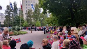 Oululaisilla oli käsissään Norjan pienoislippuja, kun he odottivat kuningasparin saapumista kaupungintalolle.