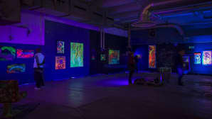 UV-taidetta Kankaan pergamenttihallin Pimeässä taidenäyttelyssä.