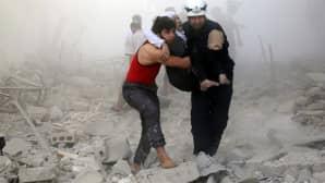 Vapaaehtoiset kuljettavat naispuolista uhria turvaan tuntemattomassa paikassa, Syyriassa.