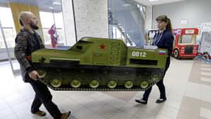 Panssarivaunuksi naamioitu lastensänky