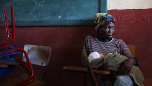 Hirmumyrsky Matthew'n tieltä evakuoitu nainen vauvansa kanssa Les Cayes'in kaupungissa Haitissa lauantaina 8. lokakuuta.