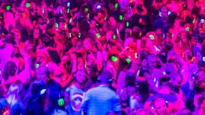 """Maailman suurimmassa """"äänettömässä"""" discossa Wroclawissa, Puolassa, tanssijat kuuntelevat musiikkia kuulokkeista. Disco järjestettiin 17. joulukuuta."""