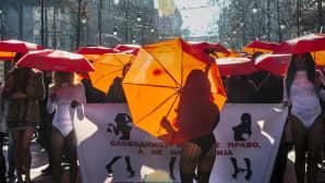 Seksialalla työskentelevät ihmiset marssivat Makedonian pääkaupungissa Skopjessa ja vaativat alalla työskenteleviin henkilöihin kohdistuvan väkivallan loppumista.