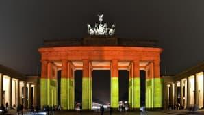 Brandenburgin portti, yksi Berliinin tunnetuimmista symboleista valaistiin Saksan lipun väreillä Berliinin teroristi-iskun uhrien muistolle 20. joulukuuta.