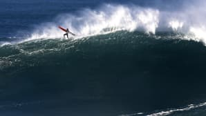 Mies surffaa.