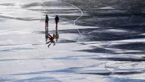 Luistelijoita jäällä.