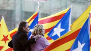 Artur Mas ja Joana Ortega isojen lippujen keskellä