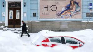 lumeen hautautunut auto