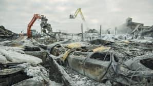 Pahasti palaneiden sekä romuttuneiden autojen päälle on jäänyt palanutta rakennusjätteitä, lasia ja jäänpalasia.