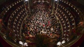 Ihmisiä tanssimassa Wienin oopperatalossa.