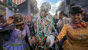 Bolivian varapresidentti Alvaro Garcia osallistuu juhlintaa jossa kiitetään tuotteista joita äiti maa tarjoaa.