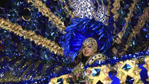 Nainen karnevaaliasussa.
