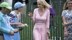 Donald Trumpin neuvonantaja Kellyanne Conway jutteli vapaaehtoisten kanssa Valkoisen talon perinteisessä pääsiäismunien vierityskisassa Washingtonissa, 17. huhtikuuta.
