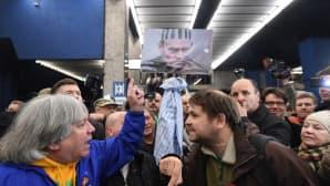 Puolan entisen pääministerin Donald Tuskin kannattajat ja vastustajat väittelivät päärautatieasemalla Varsovassa, Puolassa 19. huhtikuuta.