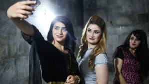Jesidinaiset ottivat selfieitä jesidien uutena vuotena Lalishissa, Irakissa 18. huhtikuuta.