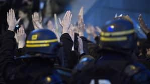 Mellakkapoliiseja seuraamassa mielenosoitusta Opera Bastillen edustalla presidentinvaalien 1. kierroksen tulosten jälkeen Pariisissa, Ranskassa 23. huhtikuuta.