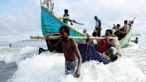 Rohingya-pakolaisia ylittämässä rajan yli turvaan Bangladeshiin.