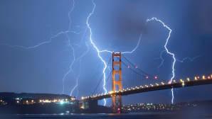 Suuri salama Golden Gate -sillan takana.