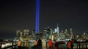 Ihmisiä katsomassa New Yorkin siluettia.