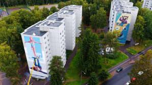 Muraalia maalataan kerrostalon seinään.
