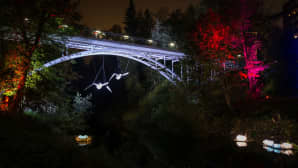 Valo virtaa -tapahtuma tarjosi yllin kyllin silmäkarkkia Tourujoenpuistossa, Kinakujansillalla ja Nahkurinsillalla.