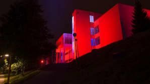 Kari Kola valaisi dynaamisesti yliopiston Ylistönrinteen rakennuksia 150 metrin matkalta.