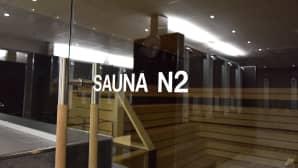 Naisten saunan lasiovi uimahallissa