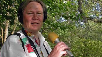 Tienvarsien kukkaloistoa ihailemassa Ahvenanmaalla