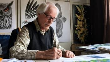 """Graafikko Erik Bruun, 93, piirtää yhä päivittäin: """"Ala on niin mielenkiintoinen, että töitä tulee tehtyä aina kun mahdollista"""""""