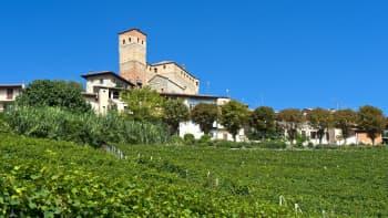 Pohjois-Italiassa Serralunga D'Alban kylä on keskiaikainen, korona vei elämän kivikaudelle - kauppaan mennään lupalapun kanssa