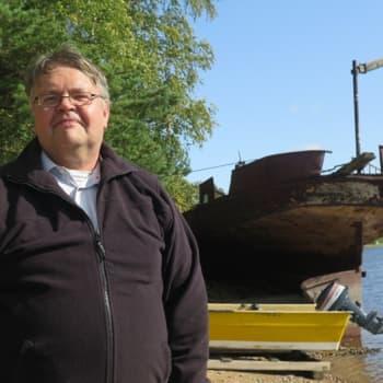 Surullisenkuuluisan Kuru-laivan runko ruostuu yksityisrannassa Ruovedellä