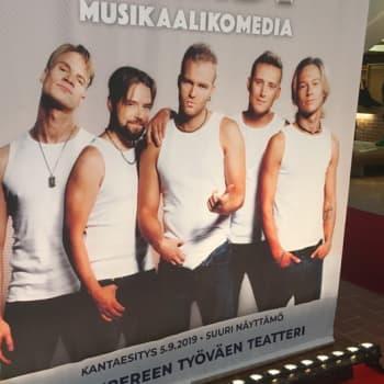 Tunnelmia Poikabändi-musikaalin ensi-illasta
