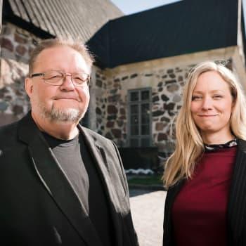 4/4 Risto ja Jenni katselevat Inkoon kirkossa keskiaikaista Kuolemantanssi-maalausta ja puhuvat kirkkolaivoista.