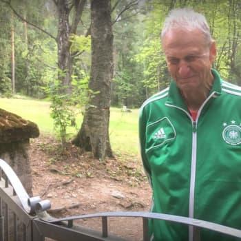 """Kävely Pitkäniemen sairaalan vanhalla hautausmaalla - """"unohdettujen hautausmaasta"""" pidetään hellää huolta"""