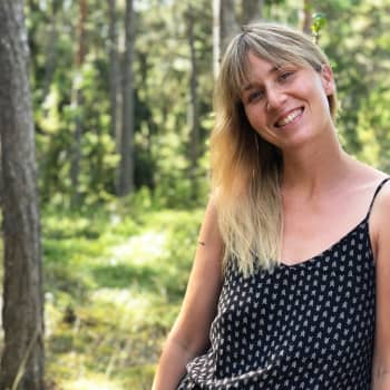 """""""Kenenkään ei pitäisi joutua valitsemaan vanhemmuuden ja uran välillä"""" - kirjailija Helmi Kekkonen rikkoo äitimyyttejä"""
