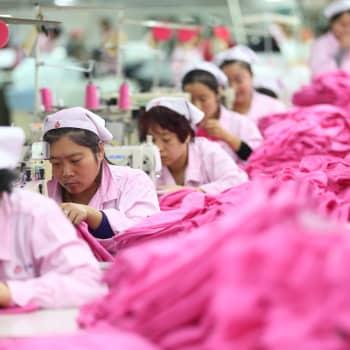 """Miten kehittää vaateteollisuutta kestävämmäksi? Kestävän suunnittelun professori: """"Ostakaa käytettyä"""""""
