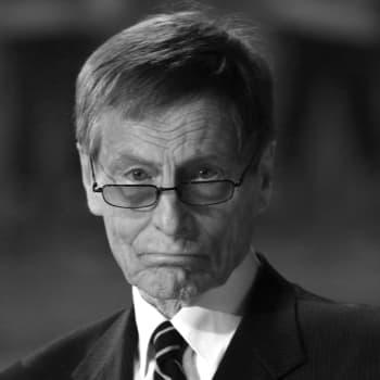 Edesmennyt kiekkolegenda Juhani Wahlsten muisteli uraansa Yle Puheen Jääkiekkokierroksella vuonna 2015